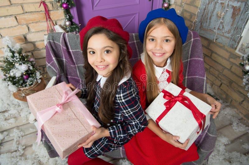Rodzinna tradycja Małe śliczne dziewczyny otrzymywali wakacyjnych prezenty Najlepszy boże narodzenie prezenty i zabawki Dzieciak  fotografia stock