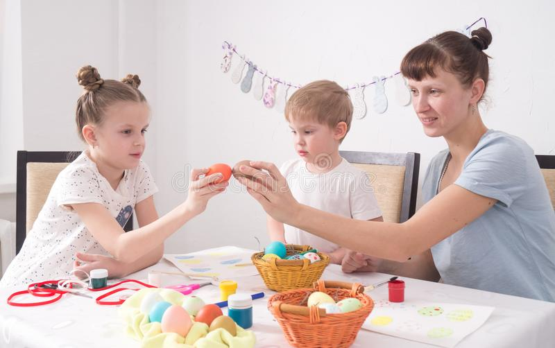 Rodzinna wakacyjna wielkanoc: Mama i córka pukamy Wielkanocnych jajka obrazy royalty free