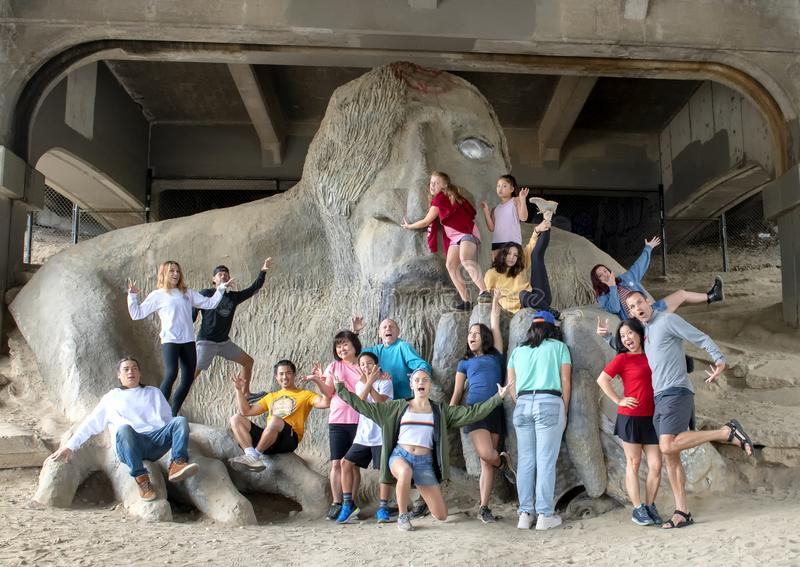 Rodzinna zabawa na Fremont błyszczce pod północną końcówką George Washington pomnika most w Seattle, Waszyngton fotografia royalty free