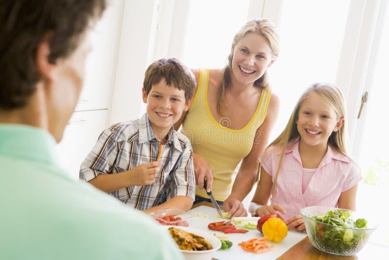rodzinnego posiłku jedzeniowy narządzanie wpólnie obrazy stock