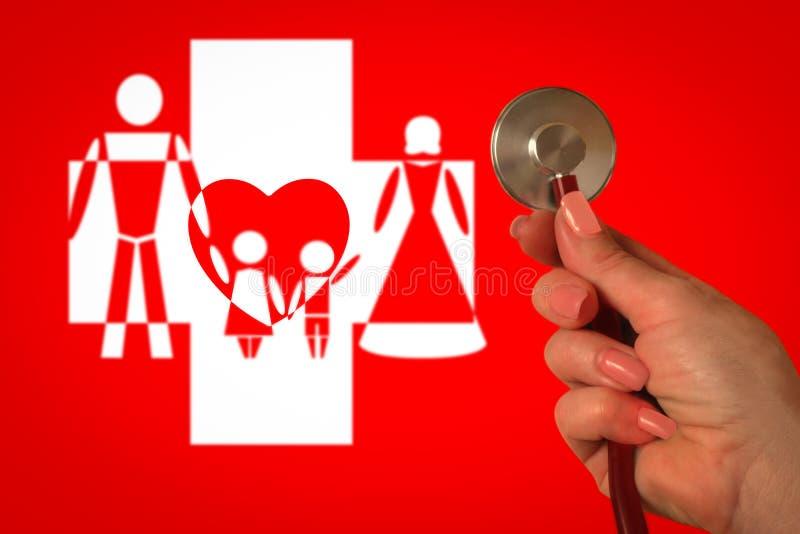 Rodzinnej lekarki lub lekarza praktykującego pojęcie Ręka z stetoskopem na czerwonym tle Zamazany wizerunek mężczyzna, kobiety, d ilustracji