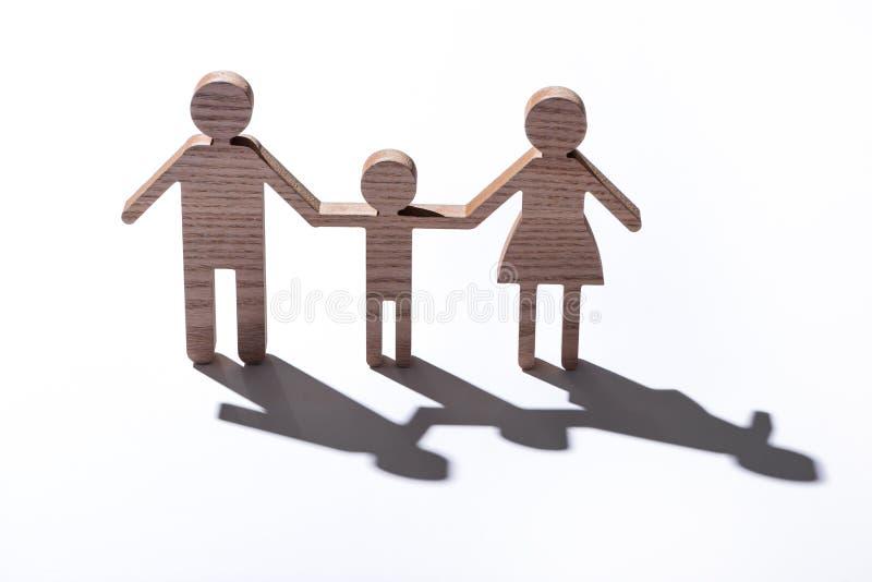 Rodzinnej postaci drewniana modelacja odizolowywająca na bielu z cieniem zdjęcie royalty free