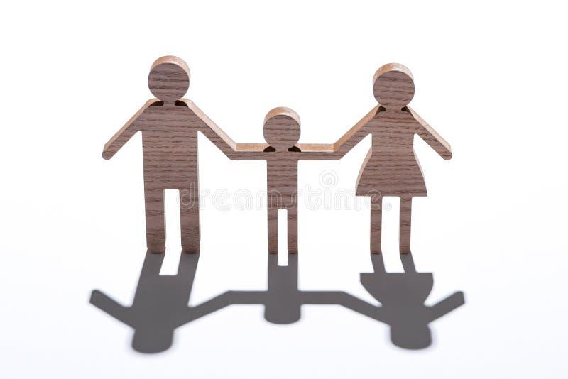 Rodzinnej postaci drewniana modelacja odizolowywająca na bielu z cieniem obraz royalty free