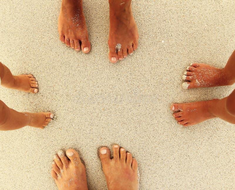 Rodzinni cieki na piasku na plaży obrazy royalty free