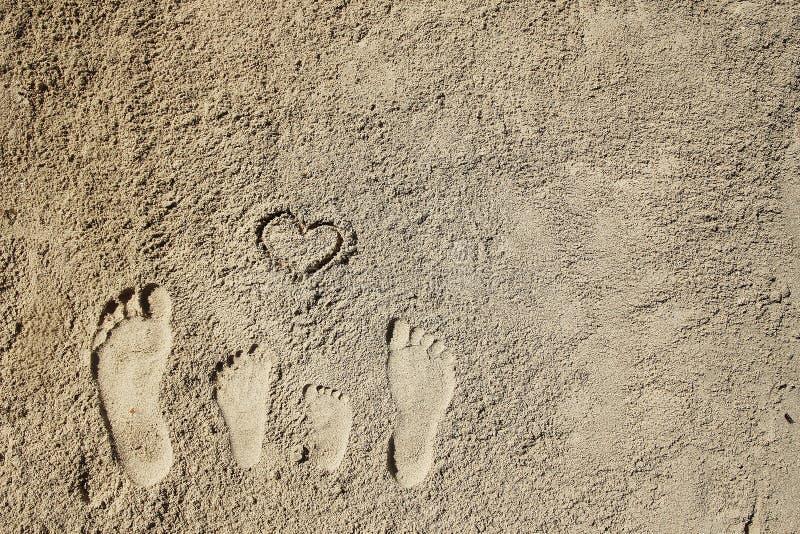 Rodzinni cieki na piasku na plaży zdjęcia royalty free