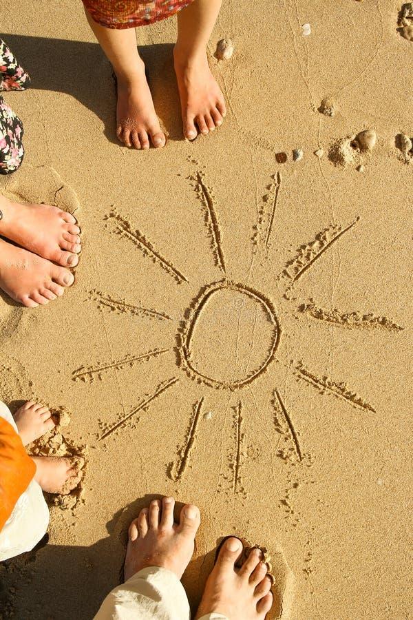 Rodzinni cieki na piasku na plaży obraz stock
