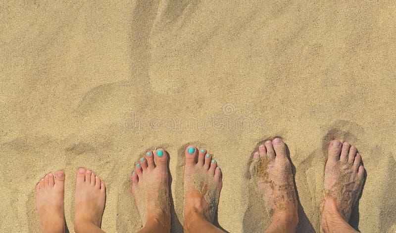 Rodzinni cieki na piasku na plaży obraz royalty free