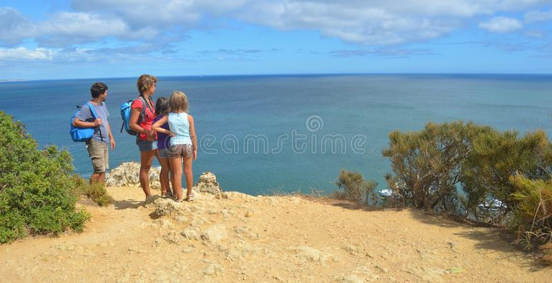 Rodzinni dorosli i dzieci patrzeje widok od falezy za morzu obraz stock