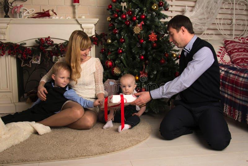 Rodzinni odpakowań bożych narodzeń prezenty zdjęcia royalty free