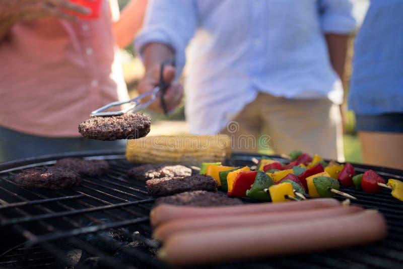 Rodzinni opieczenie paszteciki, warzywa i kiełbasy na grillu, piec na grillu obrazy stock