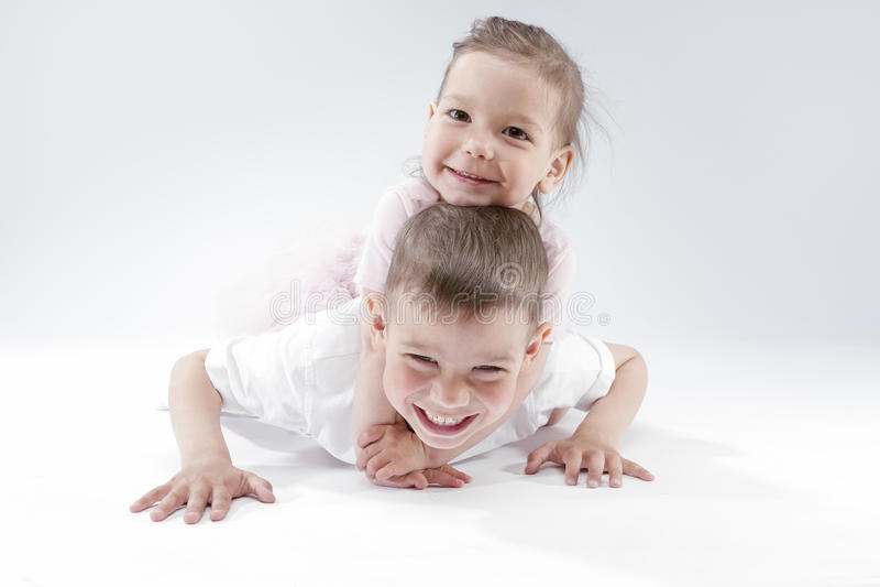Rodzinni pomysły i pojęcia Portret brat i siostra Bawić się Wpólnie Underneath Szczęśliwy i Uśmiechnięty fotografia stock