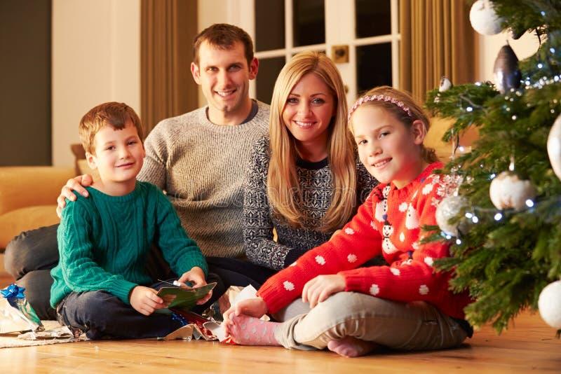 Rodzinni rozpakowywanie prezenty choinką fotografia royalty free