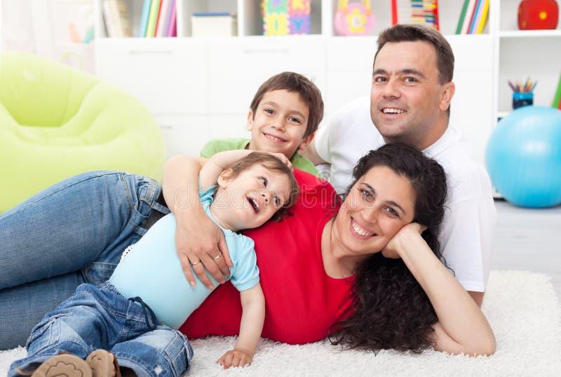 rodzinni szczęśliwi dzieciaki dwa potomstwa zdjęcie stock