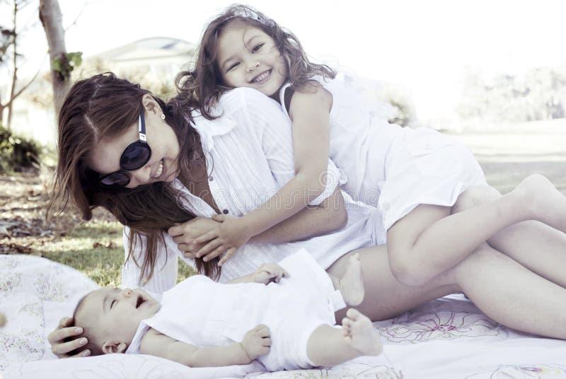 rodzinni szczęśliwi parkowi potomstwa fotografia royalty free