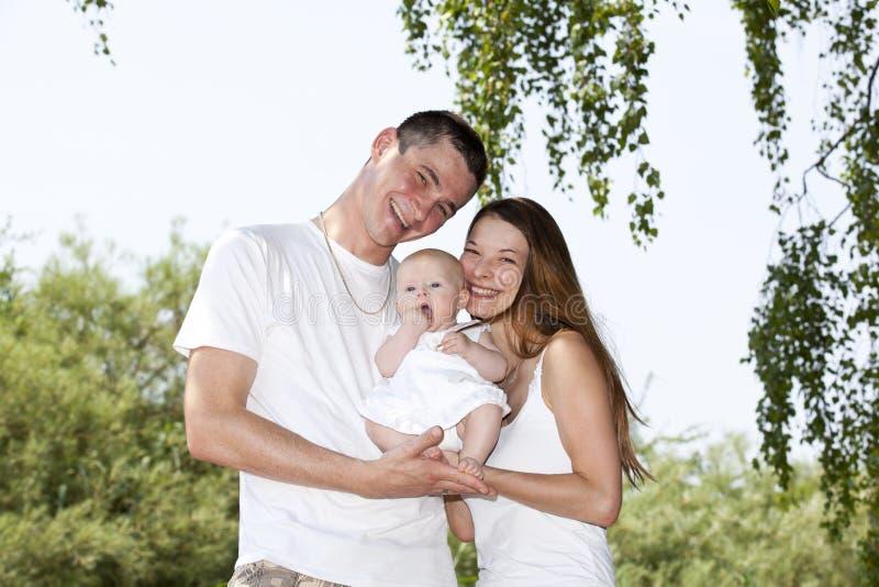 rodzinni szczęśliwi uśmiechnięci potomstwa zdjęcie royalty free