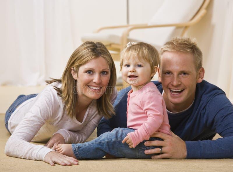 rodzinni uśmiechnięci potomstwa fotografia royalty free