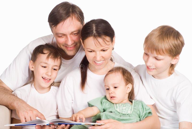 rodzinny ładny czytanie zdjęcie royalty free