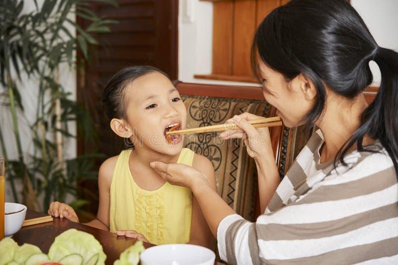 Rodzinny łasowanie gość restauracji w domu zdjęcie royalty free