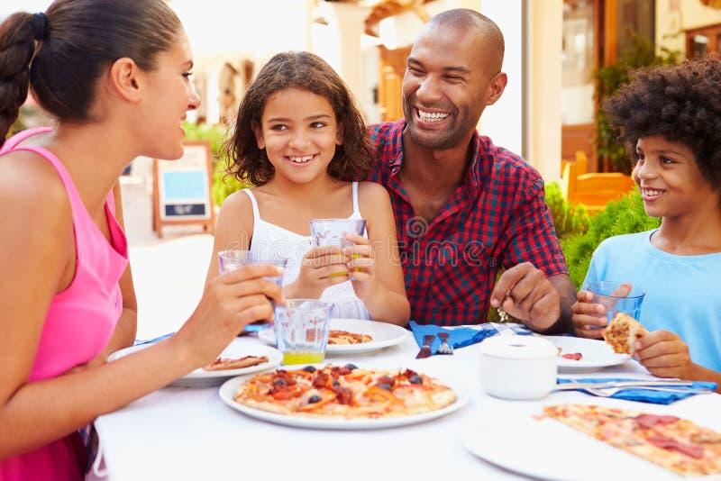 Rodzinny łasowanie posiłek Przy Plenerową restauracją Wpólnie fotografia stock