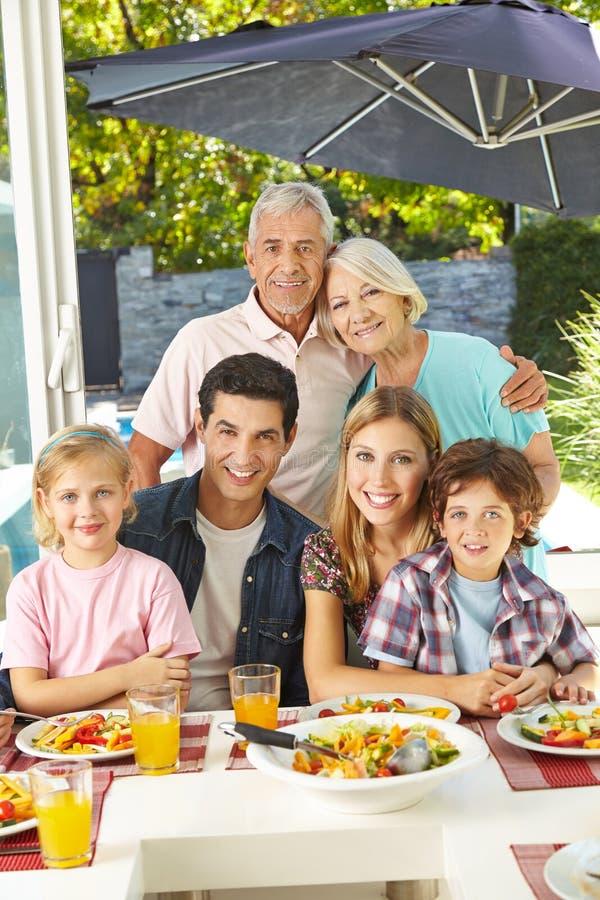 Rodzinny łasowanie zdrowy z sałatką obraz stock