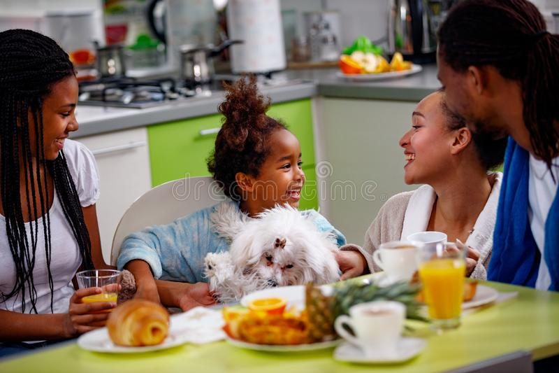 Rodzinny śniadanie Wychowywa z ich córki śniadaniem przy hom zdjęcia stock