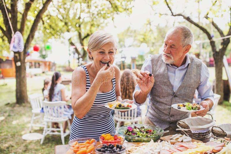 Rodzinny świętowanie lub ogrodowy przyjęcie outside w podwórku zdjęcia royalty free
