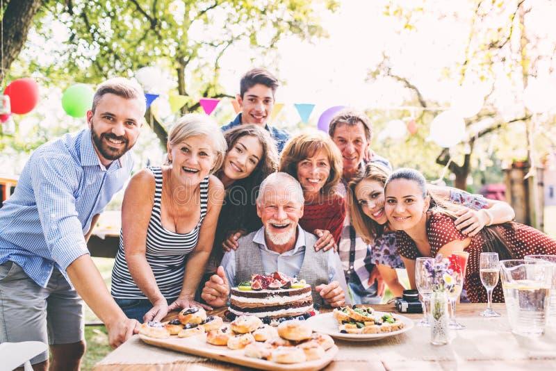 Rodzinny świętowanie lub ogrodowy przyjęcie outside w podwórku zdjęcie stock