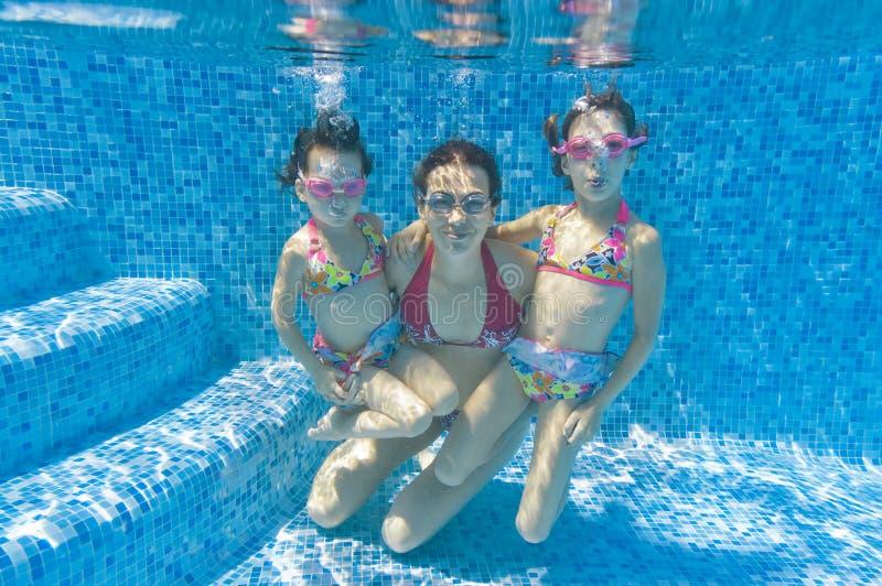 rodzinny basenu dopłynięcia underwater obraz royalty free