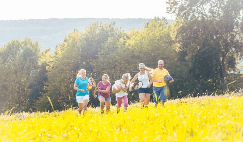 Rodzinny bawić się, biegać i robić sport w lecie, obrazy royalty free