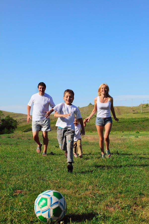 rodzinny bawić się futbolu zdjęcie royalty free