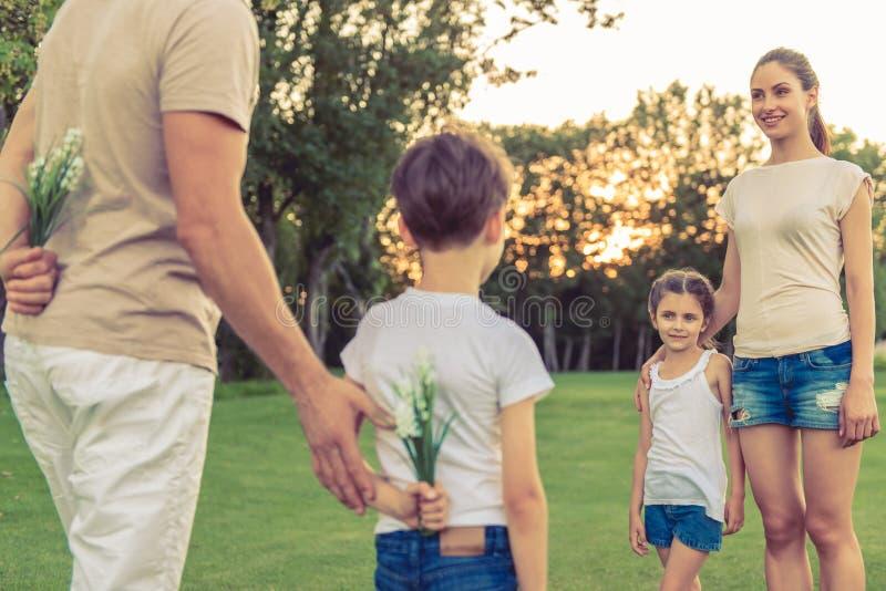Rodzinny Bawić się Outside obraz stock