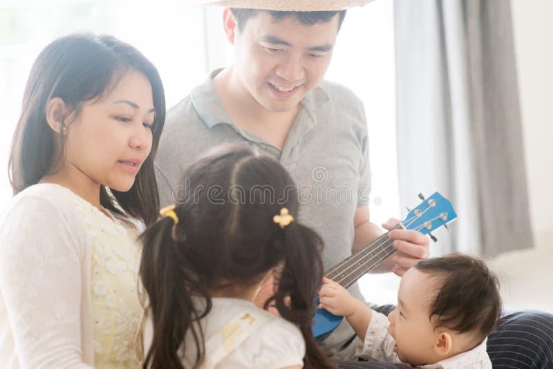 Rodzinny bawić się ukulele obrazy royalty free