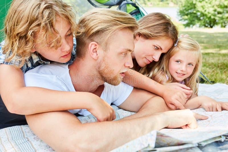 Rodzinny camping studiuje mapę obraz stock