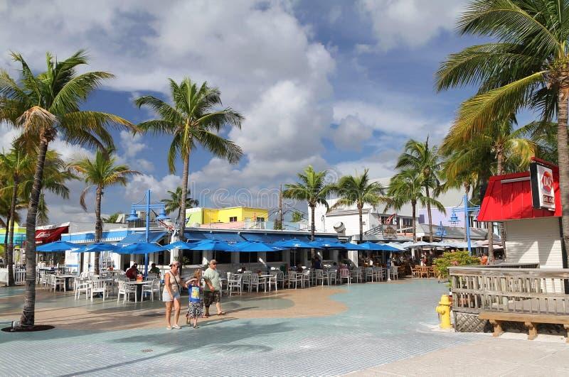 Rodzinny chodzący outside w times square, fort Myers, Floryda obraz royalty free