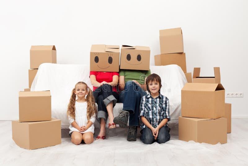 Rodzinny chodzenie nowy dom zdjęcia stock