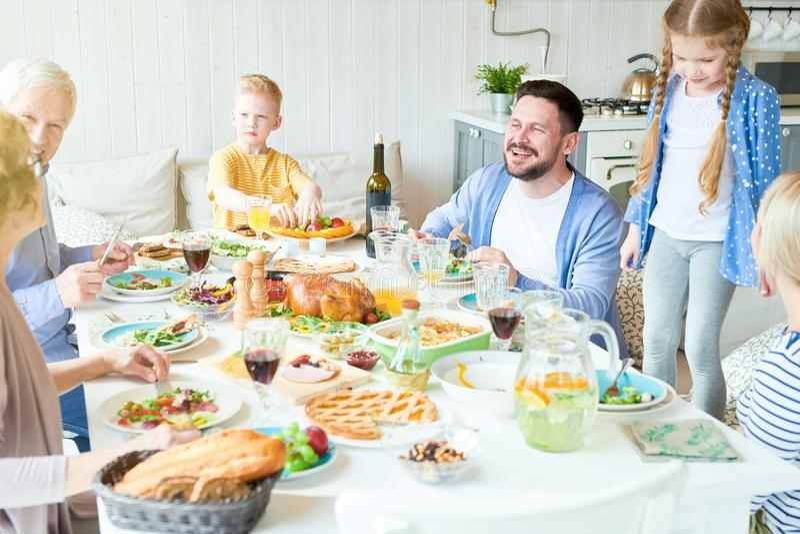 Rodzinny Cieszy się gość restauracji Wpólnie fotografia royalty free