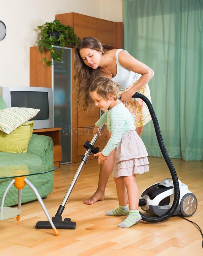Rodzinny cleaning dom z próżniowym cleaner obrazy stock