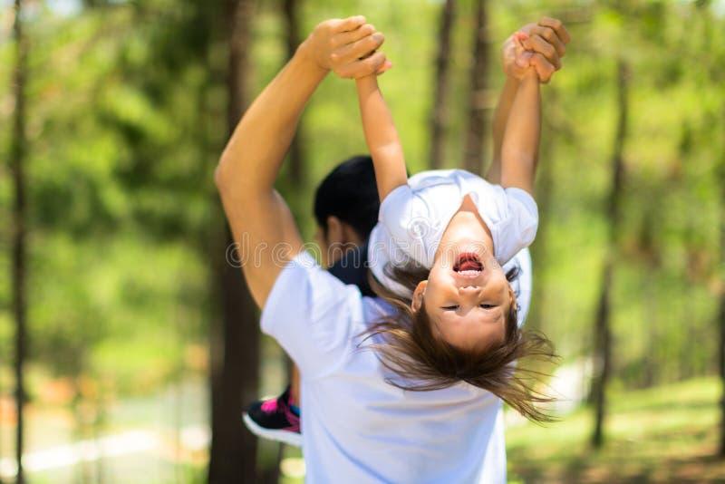 Rodzinny czas przy parkiem z dzieciakiem i rodzicem zdjęcia royalty free
