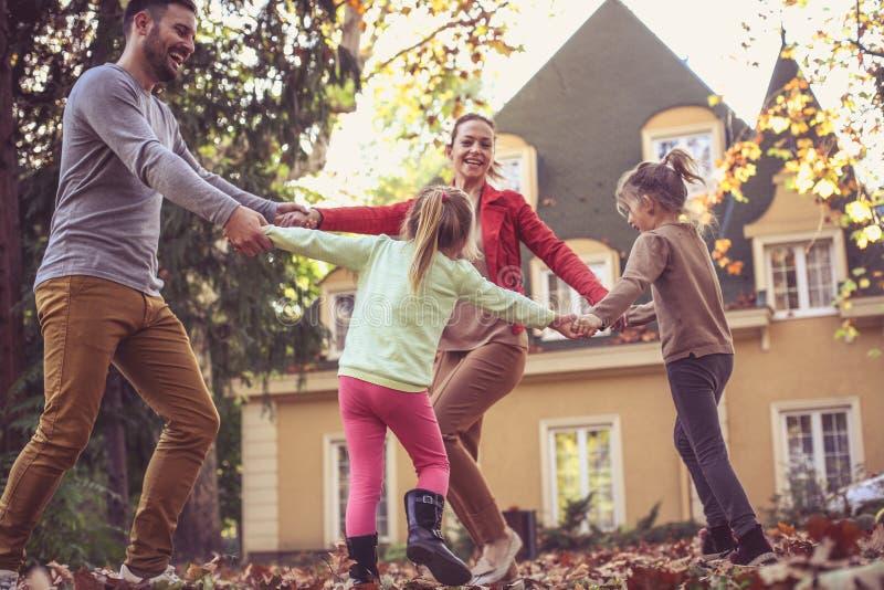 Rodzinny czas Rodzice sztukę z dziećmi zdjęcie stock