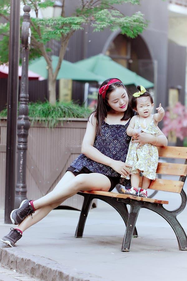 Rodzinny czas wolny, dziecko zabawę z matką zdjęcie stock