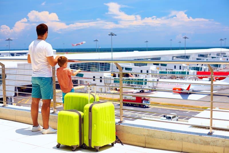 Rodzinny czekanie dla wsiadać w lotnisku międzynarodowym, wakacje fotografia stock