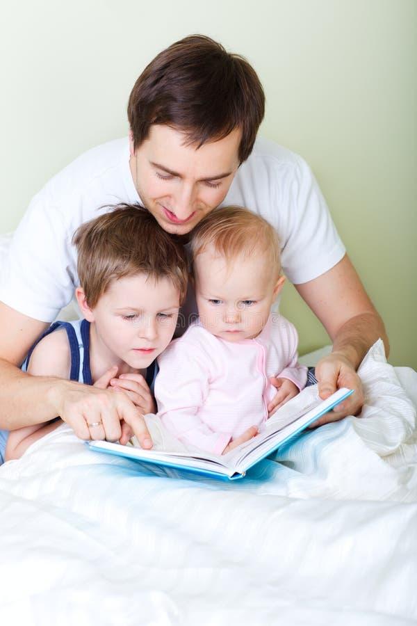 rodzinny czytanie obrazy royalty free