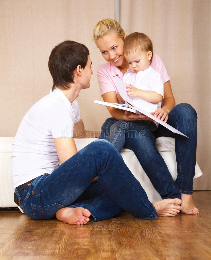 rodzinny czytanie obrazy stock