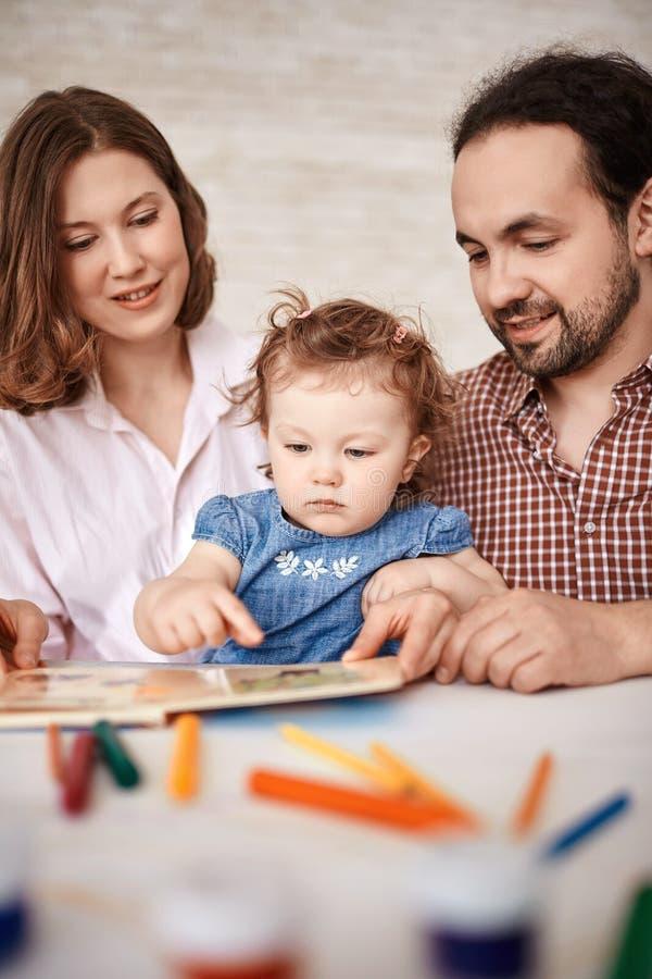 Download Rodzinny czytanie obraz stock. Obraz złożonej z rodzina - 53778113