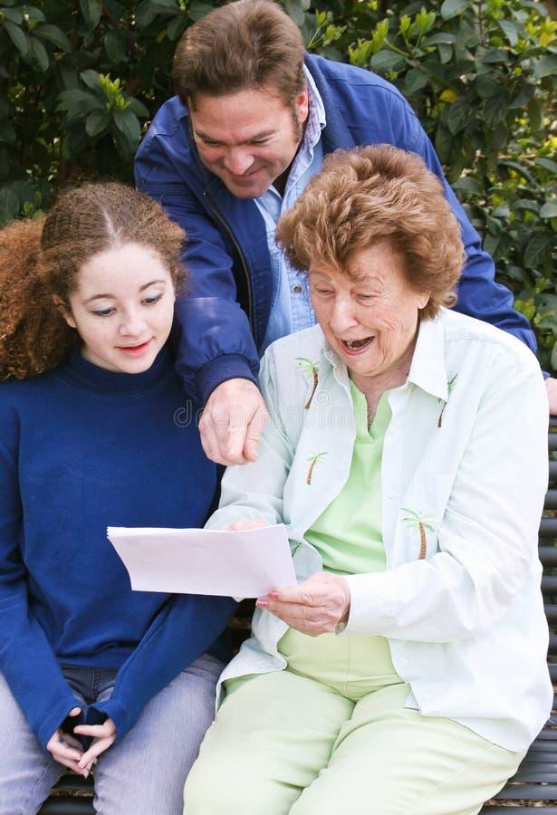Rodzinny czytanie list Wpólnie zdjęcia stock