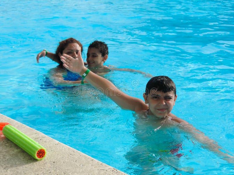 Rodzinny dopłynięcie przy basenem obrazy royalty free
