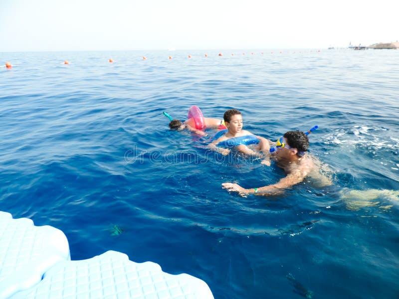Rodzinny dopłynięcie przy morzem zdjęcia royalty free