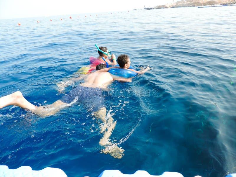 Rodzinny dopłynięcie przy morzem obraz royalty free