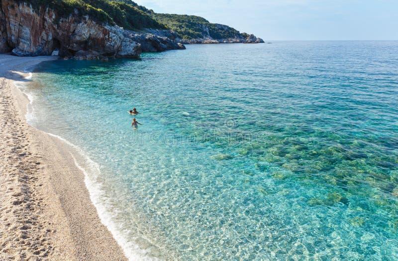 Rodzinny dopłynięcie w morzu egejskim (Mylopotamos plaża, Grecja) zdjęcie royalty free