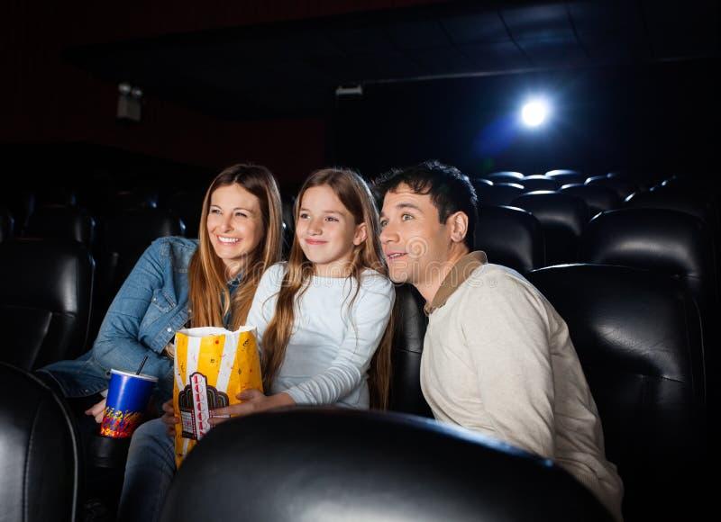 Rodzinny dopatrywanie film W Kinowym teatrze fotografia royalty free